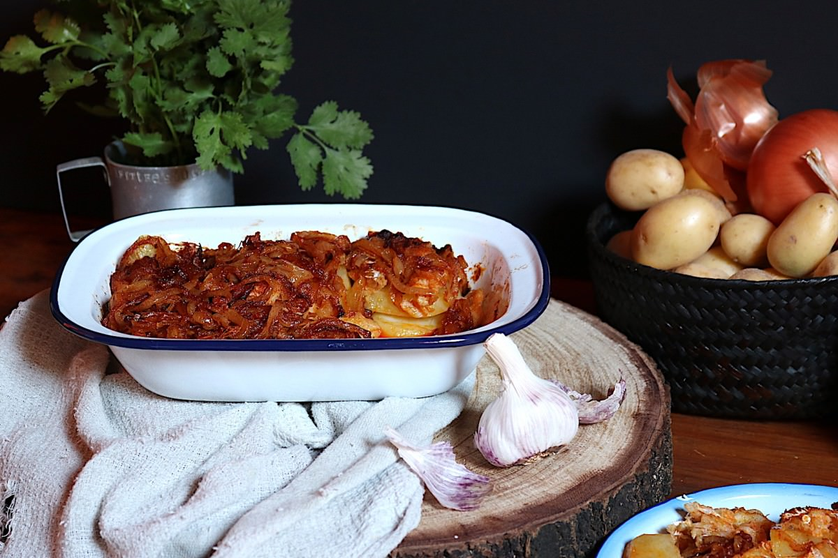 Bacalhau com cebola e colorau