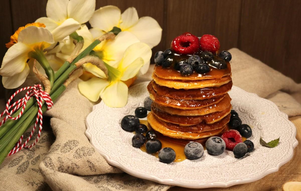 Panquecas com mel, framboesas e mirtilos - 0