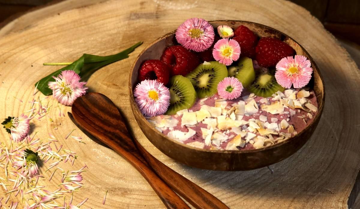 Taça de iogurte vegetal com frutos vermelhos e kiwi