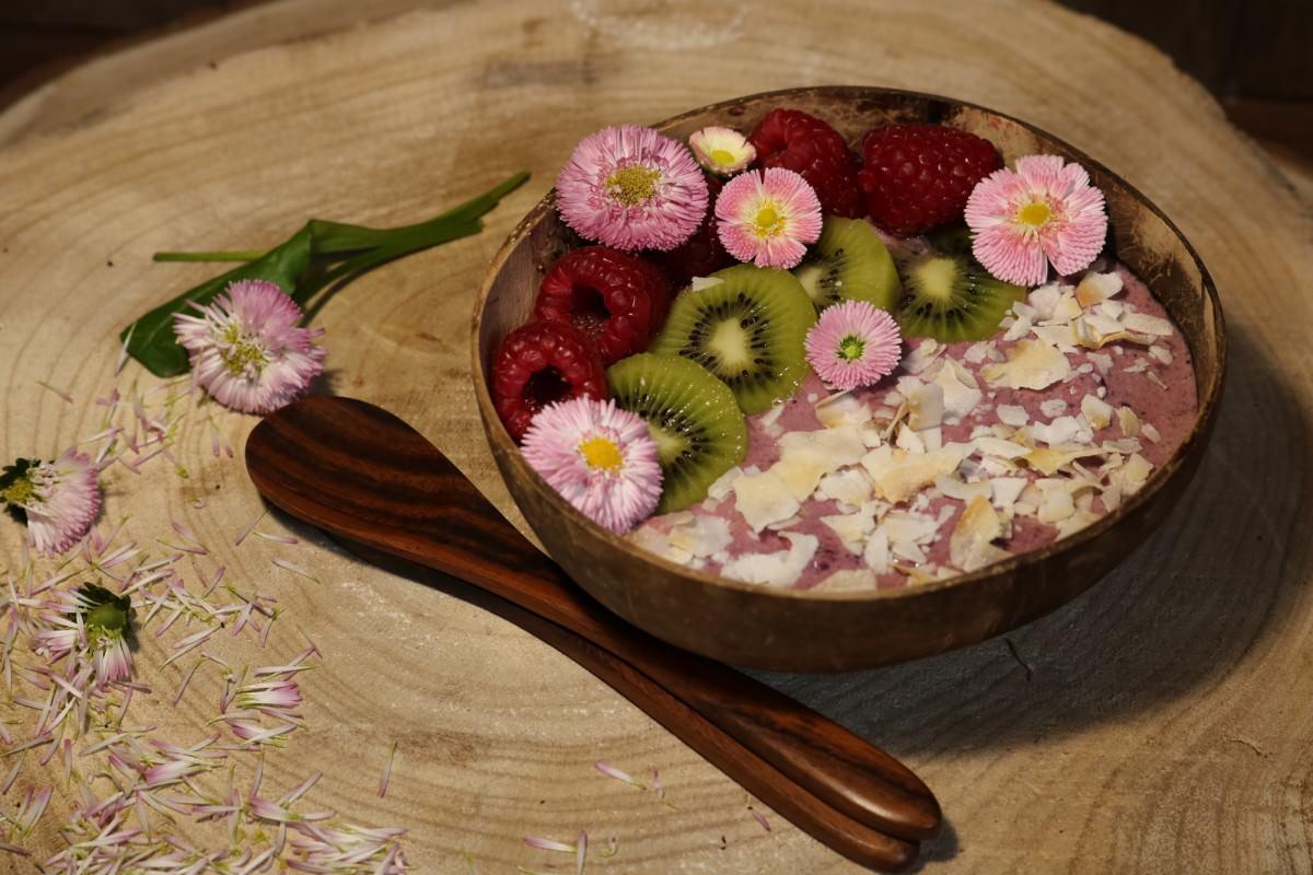 Taça de iogurte vegetal com frutos vermelhos e kiwi - 1