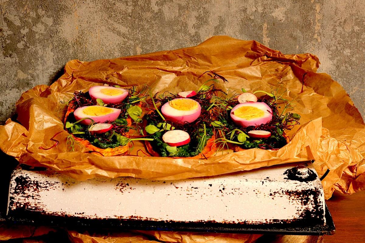 Batata doce com abacate, legumes e ovo
